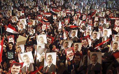 תומכי מורסי בקהיר (צילום: רויטרס) (צילום: רויטרס)