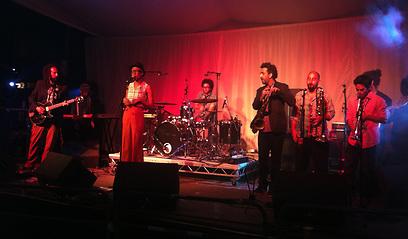 אסתר רדא והלהקה על הבמה בגלסטונברי (צילום: אסתר רדא) (צילום: אסתר רדא)
