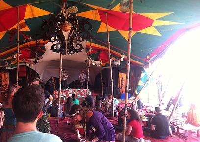 אוהלים, במות וקהל בכל מקום (צילום: אסתר רדא) (צילום: אסתר רדא)
