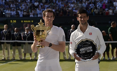 ניצחון האדם על המכונה. מארי, הגביע וג'וקוביץ' (צילום: AFP ) (צילום: AFP )