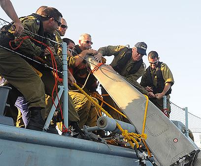 """הרמטכ""""ל מסייע בפינוי חלקי המטוס (צילום: באדיבות דובר צה""""ל) (צילום: באדיבות דובר צה"""
