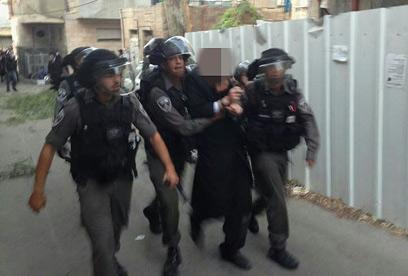 מעצר אחד החשודים (צילום: ניסן זאב) (צילום: ניסן זאב)