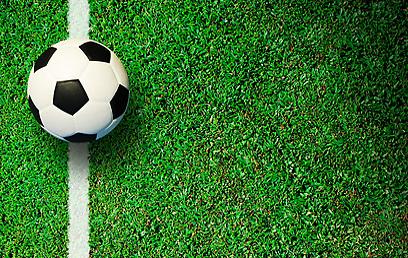 משחק הכדורגל במגרש השכונתי הסתיים בפציעה - ובפיצוי (צילום: shutterstock) (צילום: shutterstock)