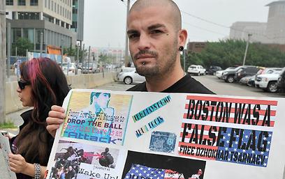 """""""לשחרר את צרנייב"""". מפגינים מול בית המשפט (צילום: AP) (צילום: AP)"""