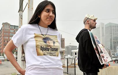 """""""דז'וחר צרנייב חף מפשע"""". מפגינים בעד צרנייב מחוץ לבית המשפט (צילום: AP) (צילום: AP)"""
