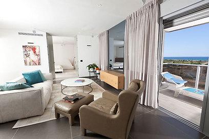 """פתיחות מקסימלית בין החדרים - ציר תנועה ומבט בין הסלון לחדר השינה (צילום: אלעד גונן וזאב ביץ """"שגב צילום"""" ) (צילום: אלעד גונן וזאב ביץ"""