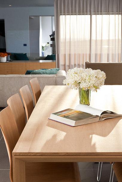 """שולחן קליל ומינימליסטי מיובא מאירופה בפינת האוכל (צילום: אלעד גונן וזאב ביץ """"שגב צילום"""" ) (צילום: אלעד גונן וזאב ביץ"""