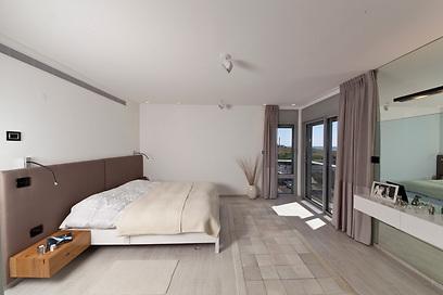 """חדר שינה מינימליסטי בצבעים רכים (צילום: אלעד גונן וזאב ביץ """"שגב צילום"""" ) (צילום: אלעד גונן וזאב ביץ"""