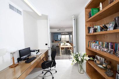 """חדר העבודה - ארון אחסון גדול ושולחן ארוך שמאפשר עבודה לצד הנכדים כאשר מבקרים (צילום: אלעד גונן וזאב ביץ """"שגב צילום"""" ) (צילום: אלעד גונן וזאב ביץ"""