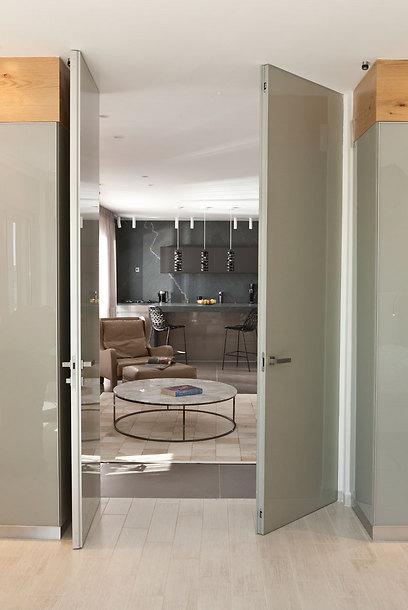 """דלתות זכוכית מרצפה ועד תקרה מפרידות בין החללים הפרטיים לציבוריים (צילום: אלעד גונן וזאב ביץ """"שגב צילום"""" ) (צילום: אלעד גונן וזאב ביץ"""