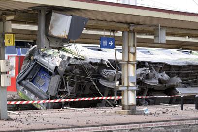הקרון ההפוך שעלה על הרציף, דרומית לפריז (צילום: AFP) (צילום: AFP)