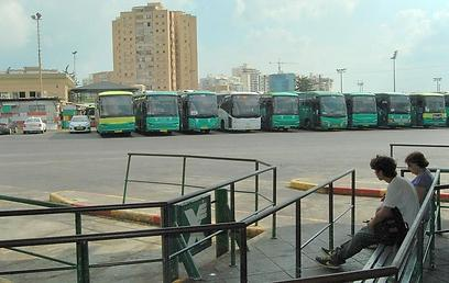 ברוב התחנות בפריפריה ההמתנה לאוטובוס - ללא מזגן (זאב טרכטמן ) (זאב טרכטמן )