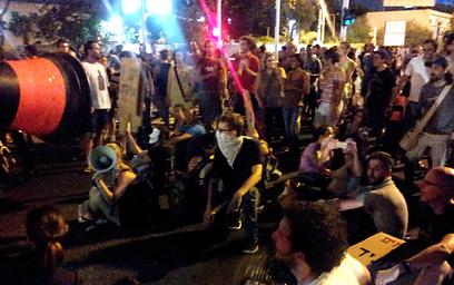 חוסמים את דרך השלום, אמש (צילום: גלעד מורג) (צילום: גלעד מורג)