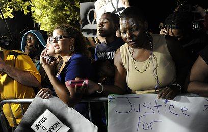מפגינים מחוץ לבית המשפט בפלורידה, אחרי הזיכוי (צילום: EPA) (צילום: EPA)