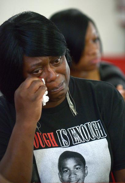 מזילה דמעה לזכר מרטין בכנסייה בפלורידה (צילום: AP) (צילום: AP)