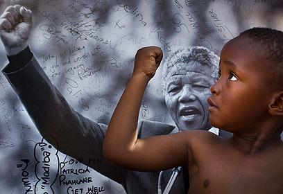 ילד דרום אפריקני שואב השראה (צילום: AP) (צילום: AP)