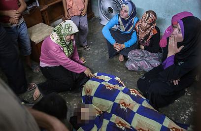 גופות ילדים שנהרגו באידליב בהפגזות של צבא המשטר (צילום: AFP) (צילום: AFP)