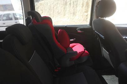 המכונית שבה נשכחה התינוקת היום ביישוב דולב (צילום: גיל יוחנן) (צילום: גיל יוחנן)
