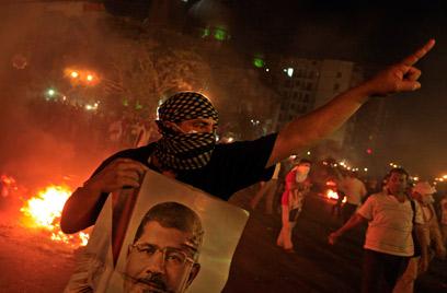 רוב ההרוגים בעימותים מהצד שלהם. תומכי מורסי בקהיר (צילום: AP) (צילום: AP)