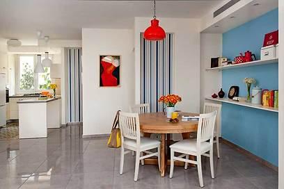 מבט מהסלון לפינת האוכל והמטבח: שתי נישות מחברות בין החללים (צילום: גלית דויטש-דביר) (צילום: גלית דויטש-דביר)