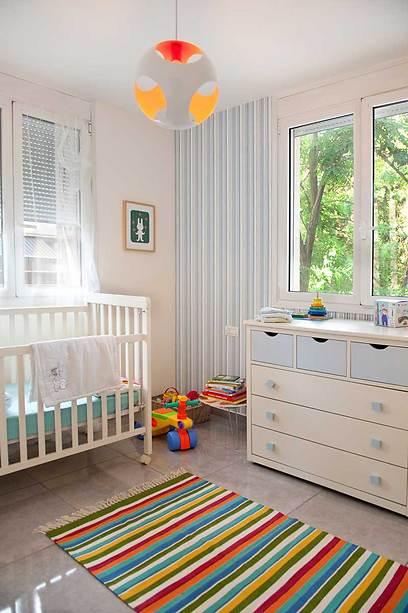 מבט אל חדר השינה של התינוק (צילום: גלית דויטש-דביר) (צילום: גלית דויטש-דביר)