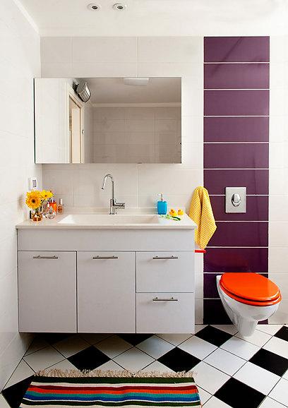 ריצוף שחור-לבן מונח באלכסון בחדר הרחצה ומדגיש את תחושת המשחק בדירה (צילום: גלית דויטש-דביר) (צילום: גלית דויטש-דביר)