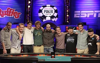 השחקנים שהעפילו לשולחן הגמר בתמונה משותפת (צילום: AP) (צילום: AP)
