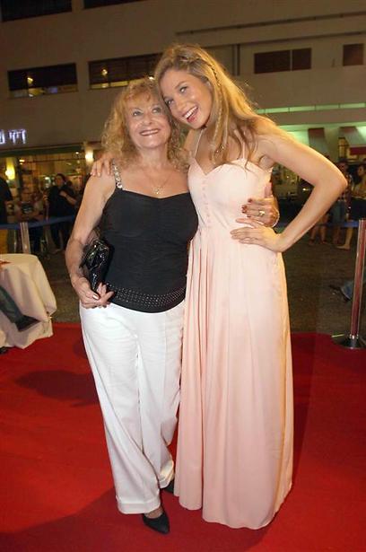 שני דורות של בלונד. עדי ואמא שלה (צילום: ענת מוסברג) (צילום: ענת מוסברג)
