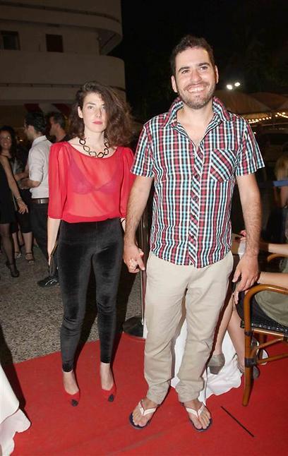 יובל שגב, החברה והחולצה (צילום: ענת מוסברג) (צילום: ענת מוסברג)