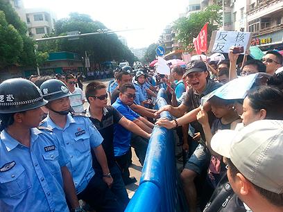 הפגנה בג'יאנגמן סיטי במחוז גואנגדונג נגד הקמת מתקן להעשרת אורניום בעיר (צילום: רויטרס)