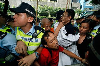 הממשלה פוגעת באדם שמשתתף בפעילות שהממשל מתנגד לה. מפגינים בהונג קונג (צילום: AP)