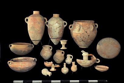 כלים שנמצאו באתר (צילום: קלרה עמית, באדיבות רשות העתיקות) (צילום: חברת  Skyview, באדיבות האוניברסיטה העברית ורשות העתיקות )