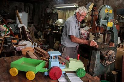 לוי שאול. מחברת החשמל לייצור צעצועים (צילום: אבישג שאר-ישוב) (צילום: אבישג שאר-ישוב)