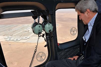 מזכיר המדינה במסוק בשמי ירדן (צילום: רויטרס) (צילום: רויטרס)