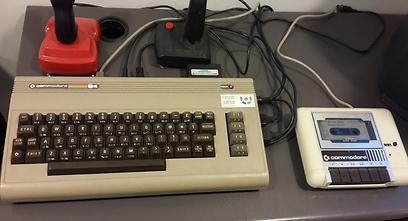 וגם עם טייפ. קומודור 64  (באדיבות המוזיאון לתולדות המחשב האישי בישראל) (באדיבות המוזיאון לתולדות המחשב האישי בישראל)