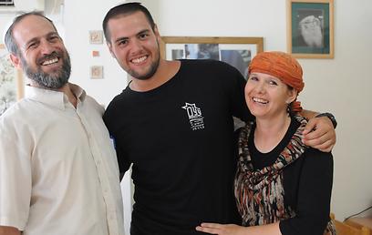 """יאיר סולומון עם הוריו: """"המעורבות של ההורים קצת מוגזמת"""" (צילום: אביהו שפירא) (צילום: אביהו שפירא)"""