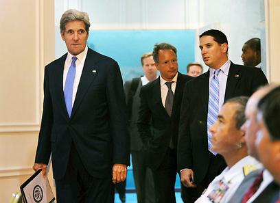 קרי בדרך לדוכן הנואמים. בילה את היום בפגישות מדיניות (צילום: AP) (צילום: AP)