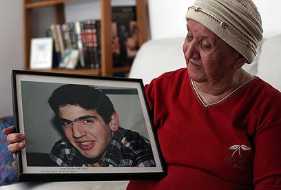 """""""כל יום הוא בלב שלי"""". גאולה דלרוזה עם תמונת בנה (צילום: גיל יוחנן) (צילום: גיל יוחנן)"""