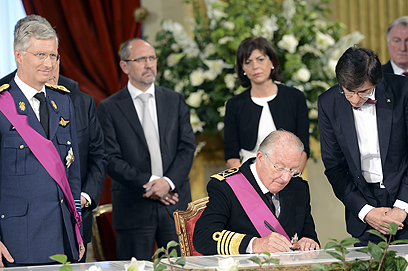 אלברט השני חןתם על העברת סמכויותיו לבנו (צילום: AFP) (צילום: AFP)