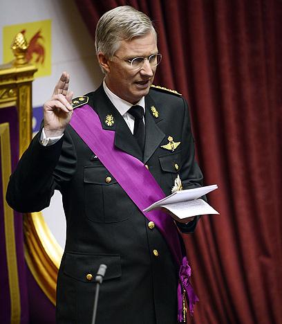 המלך החדש פיליפ נשבע אמונים בשלוש שפות שונות (צילום: AFP) (צילום: AFP)