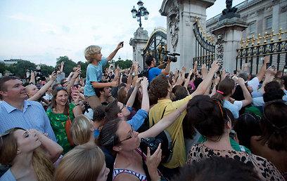 הקהל שבא לצפות בתליית ההודעה הרשמית בארמון בקינגהאם (צילום: רויטרס) (צילום: רויטרס)