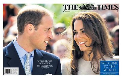 """ה""""טיימס"""" הלונדוני: """"ברוך הבא לעולם"""". לצד ברכה ליילוד הצעיר מופיעה הודעתו הקצרה של הנסיך וויליאם מאמש, """"לא יכולנו להיות מאושרים יותר"""".  ()"""