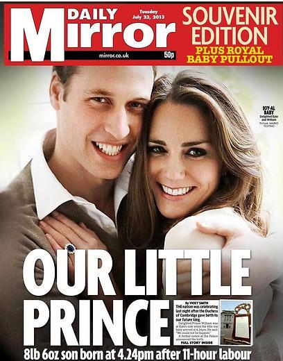 """""""הנסיך הקטן שלנו"""" - כך פותח """"הדיילי מירור"""" את שערו כשברקע תמונה מחויכת של הזוג המלכותי"""
