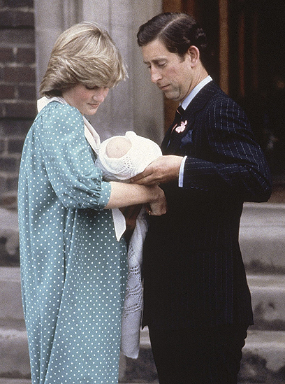 הנסיך ויליאם מוצג לעולם לראשונה (צילום: AP) (צילום: AP)