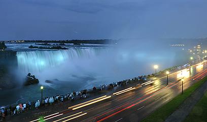 מפלי ניאגרה הקנדיים נצבעו כחול לכבוד הלידה (צילום: EPA) (צילום: EPA)