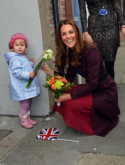 קייט עם ילדה שבאה לברך אותה. הטיפול יימסר לאומנת? (צילום: AFP) (צילום: AFP)
