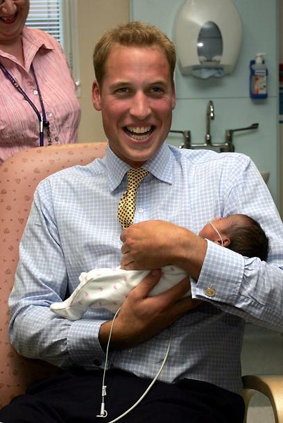 לא, זה לא זה. הנסיך ויליאם מצטלם עם תינוק בבית החולים סנט מרי'ס ב-2006 (צילום: AP) (צילום: AP)