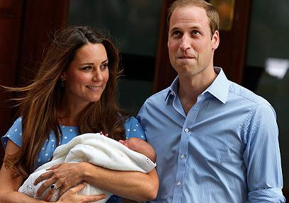 מאושרים ואמוציונליים. הזוג המלכותי עם הרכש החדש למשפחה (צילום: AP) (צילום: AP)