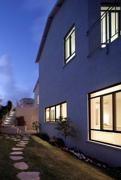 הבית מרוחק ממרכז העיר וממוקם על גבעה החושפת נוף כפרי (צילום: עמית גירון) (צילום: עמית גירון)