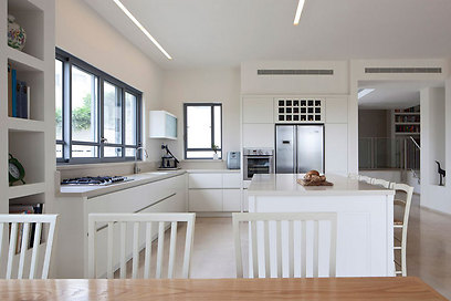 מטבח בעיצוב נקי ומינימליסטי (צילום: עמית גירון) (צילום: עמית גירון)